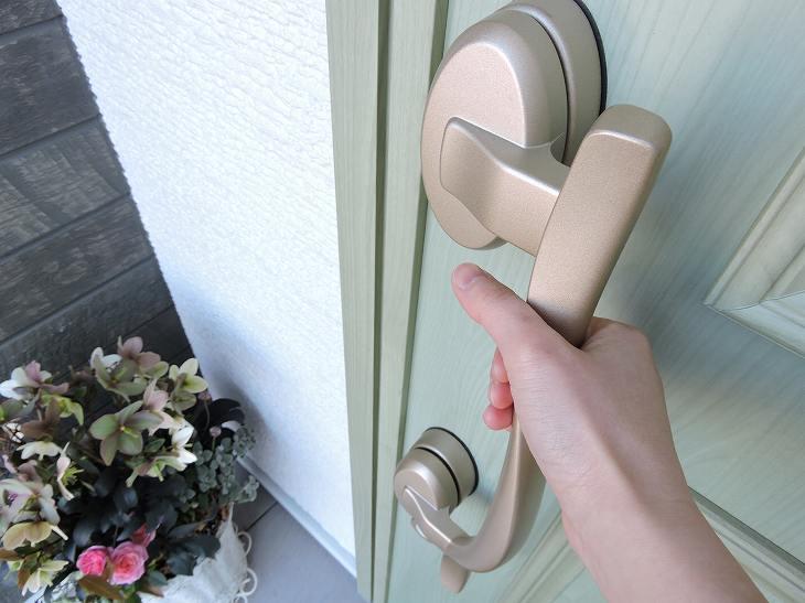 ペールトーンのグリーンのドア